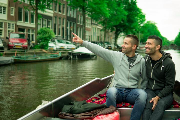 Original_ams_gay-couple-in-amsterdam-romantic-canal-boat-ride-720x480