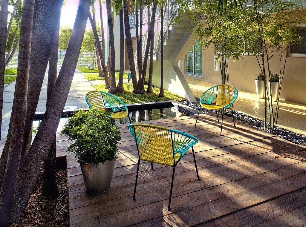 Large_1816_meridian_1_deck_and_chairs